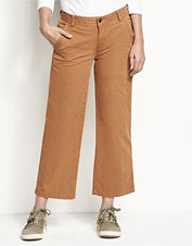Our feature-rich wide-leg cropped pants boast an appealing herringbone stripe.